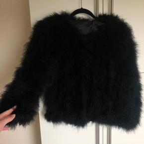 fluffy fjer jakke i sort, i en størrelse small 🖤🕊  den er brugt få gange og har ingen forbrugstegn 🕊  ukendt mærke.  nypris cirka 800