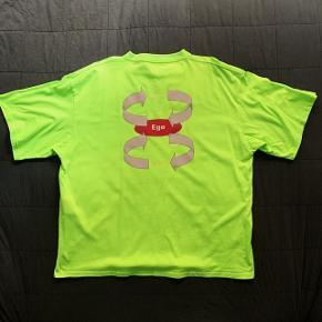En neon-green Ego t-shirt fra Balenciaga. Den passer desværre ikke til andre farver i min garderobe, så sælger den istedet for at den samler støv. Det er en oversized M - kan sagtens passe også Large. Perfekt stand.  Bredde: 67cm Længde: 75cm