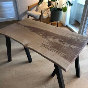 Emmanordic spisebord i kraftig dansk egeplank, og tigsvejsede pulverlarkerede stålben. Bordplade et skåret ud fra et stykke plank, herefter forarbejdet og olieret. Bemærk! ,- En eksklusiv massiv planke. B: 78, L: 120. Ring/skriv på tlf. 42248920 for nærmere info/ forespørgsler.