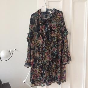 Smuk kjole (inkl underkjole). Passer også 36/38 oversize. God til strømpebukser og støvler.