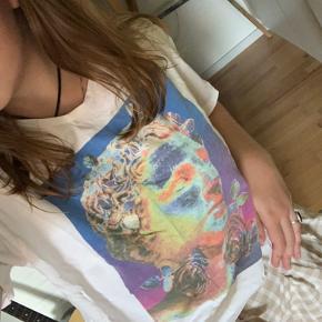 T shirt fra zara med cool print. Sender på købers regning.  Skriv gerne for interesse.