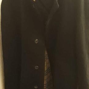 Lækker BURBERRY frakke Næste som ny Er vokset ud af den  Byd byd byd