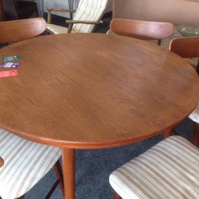 Rundt teak Spisebord i fint stand med få brugsspor. Der er plads til tillægs plader, men de mangler.  Ø 120 cm.