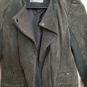 Fed ruskinds-jakke i armygrøn i ægte ruskind og biker-snit fra Vero Moda. Str. Medium, men kan nok godt passes af small. Nypris: 800 - BYD!
