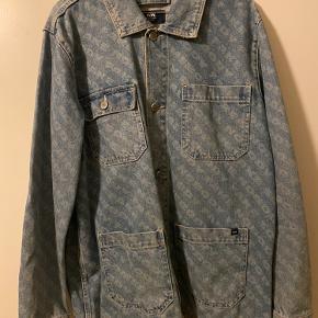 Wood Wood denim jakke med print.   Stort set ikke brugt.