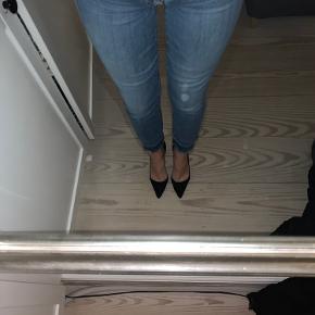 Fede jeans i stretchy materiale og fin detalje nederst på buksen.