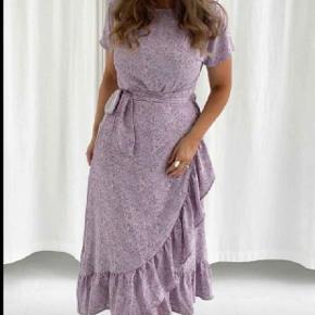 Rigtig sød kjole fra BYIC lilla str m. Er kun brugt en enkelt aften og fremstår derfor som ny 🤗