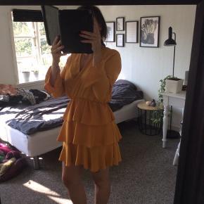 Smuk gul kjole med flæser, og v-udskæring