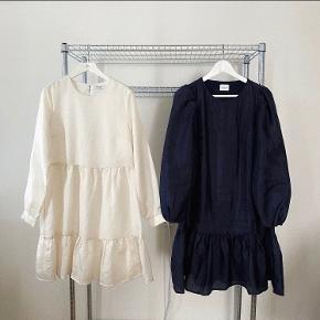 Helt ny Pieces kjole i en str. S / 36. Nypris 500 kr.  Den meget populære kjole (i puf?) / smock kjole, fra Pieces.  Farven er svær at fange og beskrive, men vil nok kalde den for en smuk perlemor.. Man vil ikke fortryde, man har sådan en skønhed i sin garderobe 🌸💕   Da jeg står og skal flytte og ikke har plads til hele min garderobe (😬), sælger jeg billigt ud af mit tøj. Prisen er derfor sat lavt. Tøjet fejler intet mindre andet beskrevet og er oftest som nyt, fordi jeg har været slem til at lave fejlkøb, så gør et kup 😉  Der tages ikke flere billeder end dem, der er på annoncen, og hvis der ikke er billeder af tøjet på, er det, fordi jeg ikke kan passe det, og der tages derfor ikke billeder med det på 😊  Køber betaler porto og TS-gebyr ved TS-handel. MobilePay haves, hvis man ønsker at spare gebyret.  VILA - Bestseller - Vero Moda - Only - YAS/Y.A.S
