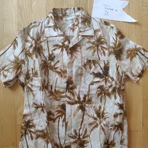 Sælger denne helt nye saint Laurent skjorte. Nyprisen ligger på 4500! Str. Er 38 hvilket svarer til en small/medium.