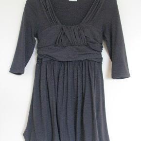 Varetype: Kjole Farve: Grå Oprindelig købspris: 700 kr.  Super fed kjole med flotte detaljer.  Porto er estimeret. Korrekt beløb kommer ved bud.