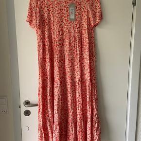 Stadig med prismærke. Er ubrugt. Meget rummelig kjole fra kjole, som derfor passes af størrelse xs-m. Kan afhentes i Århus eller sendes.