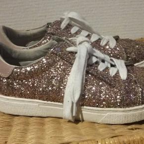 Superfine glimmer-sneakers fra Sofie Schnoor i en flot guld/rosa farve.