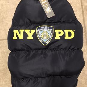 Lækker varm jakke til hund, købt i New York, desværre passer den ikke vores hund. Længde 59 cm, brystmål 78 cm