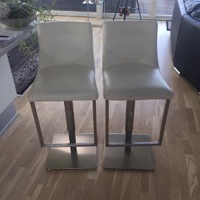 2 stk. hvide barstole med læder. Ny pris ved HTH 5000 kr. Den ene er lidt slidt i læderet ved enden. Man kan give den hvid skosværte, så bliver det mindre at se. Ellers er de super smarte og god kvalitet.