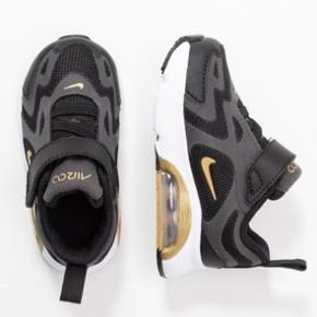 Lækre sorte med guld Nike sko. Aldrig brugt, da de er købt for små