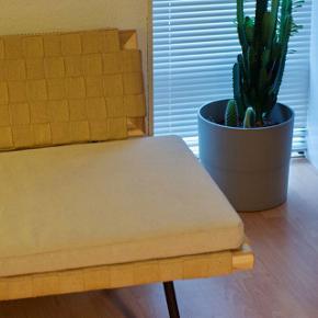 Sinnerlig Sofa  Designet af Ilse Crawford  Producent IKEA  Sælger denne populære sofa fra ikea varen var en limited edition og var derfor kun solgt en enkelt sæson i et begrænset omfang.  Sofaen var meget efterspurgt.  Sofaen har et smukt og enkelt look, udført i naturlig flet af lyst jute på sorte metalben.  Original hynde medfølger.  Pris 5500  Skal afhentes i Aarhus C