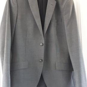 Super lækkert nyrenset jakkesæt fra ISolid - brugt til Galla to gange og har kostet ca 2000 kr. Størrelsen hedder 32.