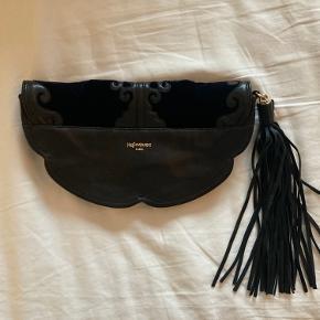 Fantastisk smuk vintage taske fra yves saint Laurent. Kan bæres over skulderen, crossover og muligvis som en bælte/hofte taske men remmen er knækket. Dette kan fikses hos en skomager billigt. Ellers kan det naturligvis bruges som en clutch.  Bytter ikke og prisen er fast.