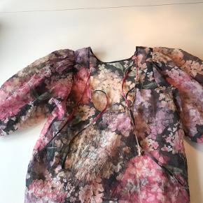 Fed t shirt med puf ærmer  Og flotte farver  Bindes bagpå som ses på billedet