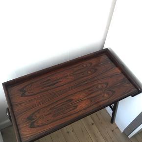 Sminkebord / makeup bord / skrivebord fra Falster Møbler. Har godt af lidt olie til tider. God stand. Kom gerne med bud.   Bredde: 86 Højde: 77,5 Dybde: 43