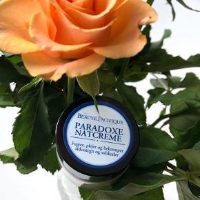 """Beauté Pacifique """"Paradoxe Natcreme"""" 15 ml.   Beskrivelse:  Denne skønne Paradoxe Nightcreme fra Beauté Pacifique, fugter, plejer og bekæmper alders- og solskader på samme tid. Denne natcreme kombinerer en række aktive ingredienser, der hver især har en unik evne til at genopbygge og reparere huden. Den virker specielt mod de frie radikaler og den stress i huden, som for meget sollys kan medføre. Paradoxe Anti-age natcremes forebyggende egenskaber er især baseret ekstrakt af unikke chilenske vindruekerner. Disse har et enestående højt indhold af naturlig Resveratrol og Procyanidin, der holder huden ung og sund i længere tid. Disse aktive ingredienser transporteres dybt ned i huden indkapslet i hudens egen olie/Squalane, som samtidig bevarer huden silkeblød. Natcremen indeholder to højaktive vitamin A –estre, for at give den bedste anti-age effekt. Disse to medvirker til genskabelse af tabt elastisk struktur. For at mindske synligheden af små blodkar i huden, er der tilsat en cocktail af ingredienser, som kan sammentrække karrene, så de er mindre synlige. Beskyttende ekstrakt fra Lakridsrod gør, at denne højaktive creme, kan bruges på selv sart hud uden uønskede bivirkninger. Indeholder desuden E-vitamin, som bekæmper frie radikaler og stress i huden.  Fordele:  Natcreme fra Beauté Pacifoque Reparerer og genopbygger huden indefra med effektive virkemidler  Forebygger aldersforandringer og solskader  Fugter vedvarende og gør huden silkeblød  Kan anvendes på sart hud  Indeholder vitamin-A, vitamin-E og lakridsrod  Byd gerne kan enten afhentes i Århus C eller sendes på købers regning📮✉️"""