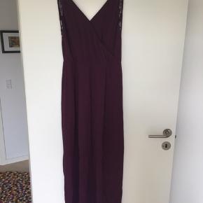 Super flot lang kjole fra samsøe samsøe, med smuk dyb blonde ryg og slids for neden  bagpå. Obs. Slidsen er gået en smule, men kan sagtens syes.  Brugt en enkelt gang til et bryllup.