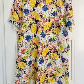 Flot blondekjole, der også kan bruges som top over fx et par jeans.  Ca. 60 cm fra ærmegab til ærmegab. Længde ca. 95 cm.   Bytter ikke!