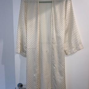 Overvejer at sælge min super yndige Ganni kimono i 100% silke. Det er en gammel kollektion, og den kan derfor ikke længere købes, og jeg husker ikke nyprisen. Den kan både bruges som kjole, top, kimono eller hvad man nu har lyst til. Der er ikke noget slid, men der er dog nogle bittesmå misfarvninger rundt omkring på den, så den skal have en omgang rens. Personligt har jeg ikke sendt den til rens, da jeg på ingen måde lægger mærke til disse små misfarvninger :)  Vil gerne have minimum 1000kr for den, ellers beholder jeg den hellere selv. Bud herunder vil blive ignoreret :) Kan sendes med dao eller hentes i kgs. lyngby
