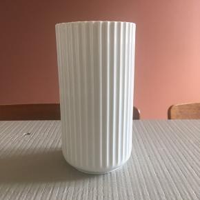 20 cm Lyngby vase, hvid porcelæn. Nypris 500 kr. Pæn stand.