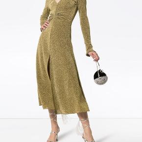 Pris er inkl fragt ✨  Smukkeste Metallic/guld kjole fra Birger Christensen! Brugt en gang- derfor som ny   For hver item jeg sælger sørger jeg for at handlen bliver CO2 neutral 🌍🌳 Tilbyder mængde rabat