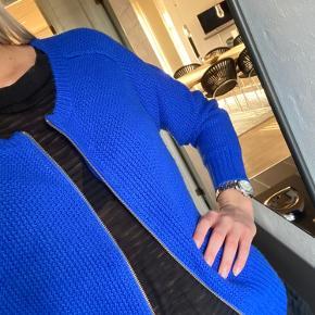 Helt blå cardigan med lynlås i blød strik.