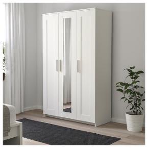 OBS: sælges samlet BRIMNES garderobeskab købt i Ikea i Juli 2018. Kvittering medfølger. Velholdt og uden tydelige tegn på brug. Mål: bredde 117cm, dybde 50cm og højde 190cm