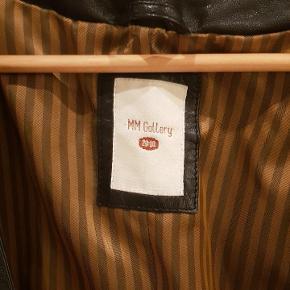 Super lækker blød læderjakke/blazer. Striber og på indersiden af ærme.  Klassisk og og meget flot.