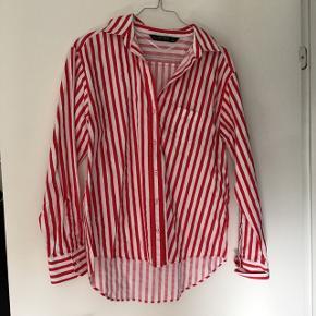 Sød rød- og hvid stribet skjorte fra Zara i small 😊