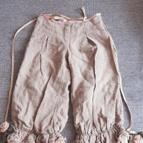 Næsten som nye fede bukser fra Verde & Mela. Kig endelig forbi mine andre annoncer.   Kan hentes på Amager eller sendes mod betaling