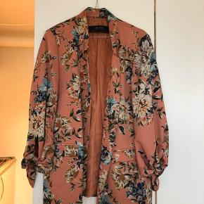 Den fedeste blomstret blazer fra Zara i str. L. Nypris 550kr og standen på den er fortsat rigtig god.