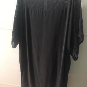 Super fin og lækker silkekjole, det simpelthen bliver brugt for lidt, så den fortjener at komme videre!  Style: sylvia silk Main fabric: 100% silk Upper part: 65% polyamid, 35% rayon  Obs. Sender ikke kjolen.