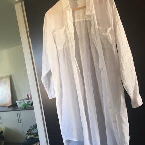 Super lækker lang hørskjorte fra Tiffany - aldrig brugt. Nypris 800,-. Str. S/M  Bytter ikke.