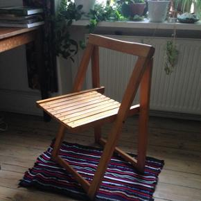 Flot træ klap-sammen stol med fine detaljer