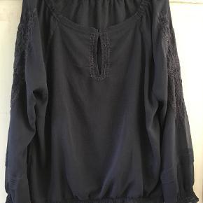 HELT NY koksgrå off-shoulder bluse I str. L/40 oversized fra 10 Feet. (Nypris 800 kr). Bytter ikke, sælges for 400 kr. Se også mine andre annoncer!!!
