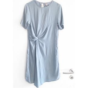 H&M fin blå kjole, som ses på billeder så er syningen gået lidt op bag på kjolen oppe ved nakken hvor den knappes, ikke noget af stor betydning   Størrelse: 38 ( lille i str )   Pris: 80 kr   Fragt: 39 kr ( 37 kr ved TS handel )