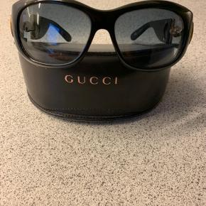 Fine Gucci solbriller med klassisk detalje på stangen. Standen er god, men brugt.