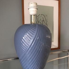 """Den populære """"draperings"""" lampe fra 80'erne i den absolut smukkeste blå farve. Ca. 32cm inkl. fatning  Fin stand. Virker fint. 400kr  #blålampe #vintagelampe #lampefod #bordlampe #belysning #80erlamper"""