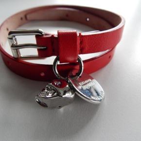 Alexander McQueen Double wrap armbånd, rød læder med scull charm, er brugt 1-2 gange, stort set som nyt. Inkl. certifikat, pose og original æske. Købspris 1700