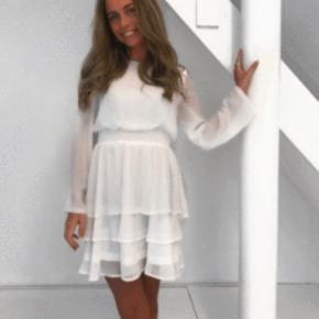 Sælger den her ubrugte Nicoline kjole fra sisterspoint købt hos byic  Perfekt til konfirmation eller andet  -Tjek også gerne mine andre annoncer ud:)