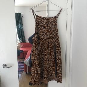 Fin leopard kjole fra ASOS. Kun brugt en gang. Byd gerne ✨