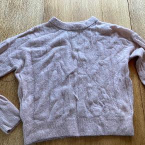 Oversize sweater i mohair-blanding. Farven er bedst på sidste foto.