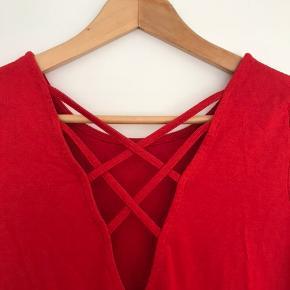 Lækker rød t - shirt, med ryg detalje. Brugt få gange, fejler intet.  Kan sendes eller afhentes :-)