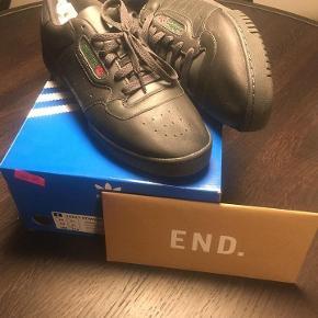 Varetype: Sneakers Farve: Sort Oprindelig købspris: 865 kr. Kvittering haves. Prisen angivet er inklusiv forsendelse.  Sælger denne populære Yeezy Calabasas. Aldrig brugt.  Kan købes i en hurtig handel på 500,- eks fragt :-)
